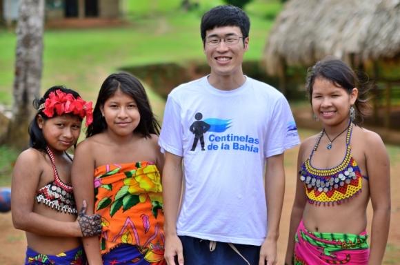 パナマの少数民族エンベラ族と-580x384