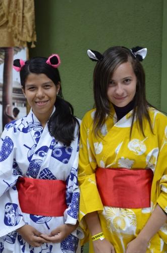 dos chicas vestieron kimono