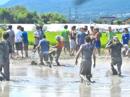 futbol en arrozal en ina