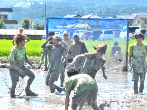 futbol en arrozal en inadani